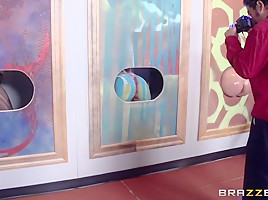 Brazzers Exxtra: Modern Museum of Fine Ass. Julie Cash, Richelle Ryan, Danny D