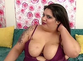 Cute fatty Bella Bangz plays with her pussy
