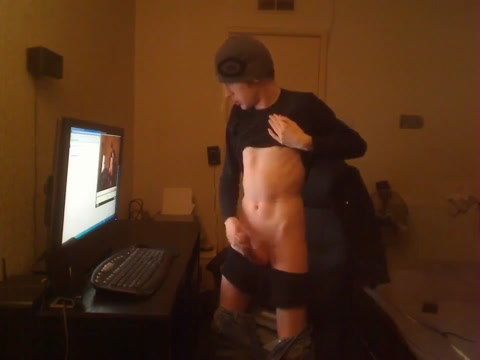 Filmt sich selbst on cam....very hawt Naked in the locker room shower