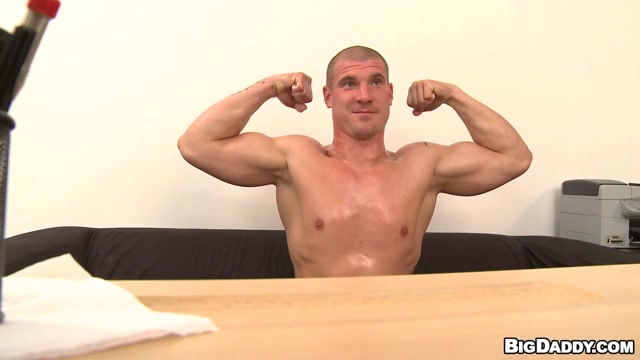 Muscle guy comes in for raw casting - BigDaddy Twink cum shot video