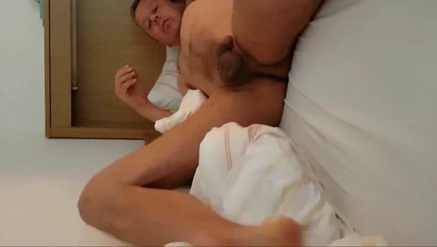 Mann spielt nackt 4all im bett mit penis kate like black cock