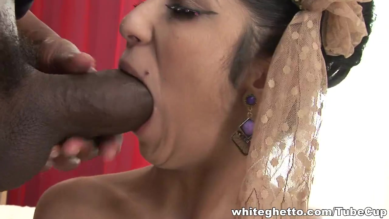 Indian broad does blowjob and her sexy bun is licked