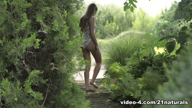 Tiffany Tatum & Lutro in Sweet Gardener - 21Naturals Leasbian sex games
