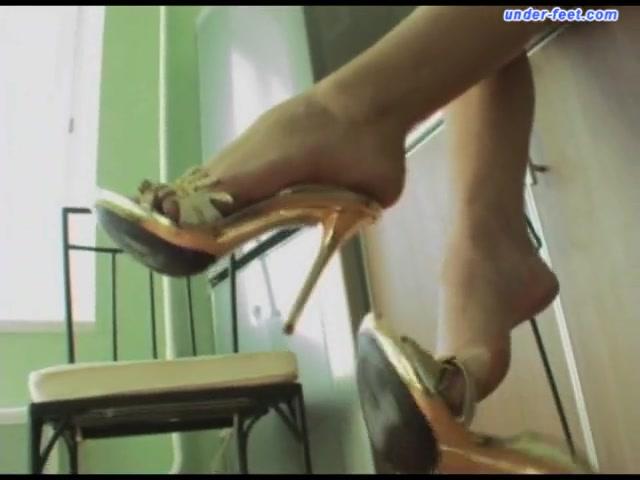 Under-Feet Video: Nastya Fox Hot milf gets hot wax treatment