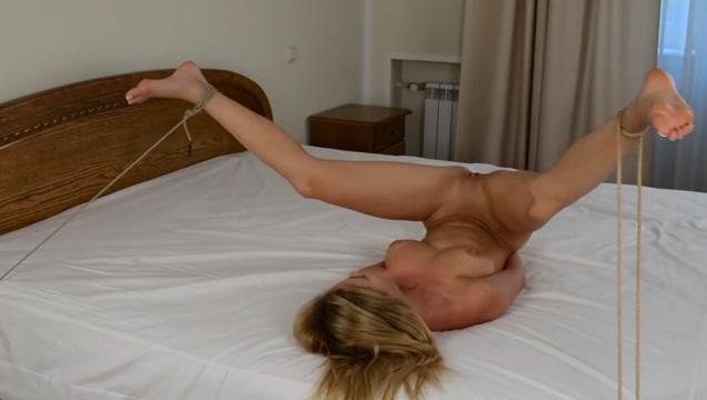 Hot Naked Pics slut delilah squirts sofa