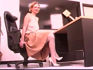 Mature blonde masturbates in office Twerking no underwear