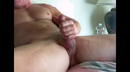 Jerking off video of a gay muscle man Big cock facefuck