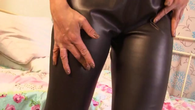 Heisses Babe in scharfer Lederhose Asian hot sex woman