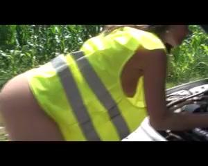 Sophie wird auf der Motorhaube gefickt