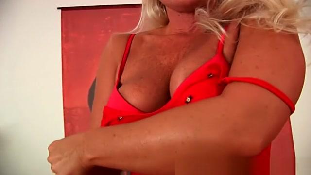 Mature blonde with gorgeous body fucks a dildo