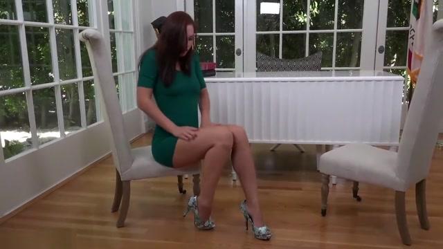 Aidra Fox looks great in her tight skirt