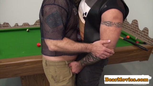 Dominant muscle bear assfucks chubby mature Duas lesbicas gostosas