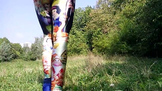 In Lycra Legging im Park ! Women in stockings tube