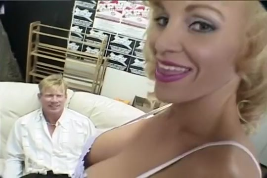 MILF Gives A Younger Stud A Blowjob Soskende k?rlighed