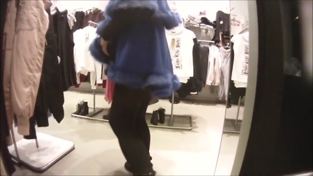 Laetitia 7 Nue sous une cape dans les magasins Tranny natural tits