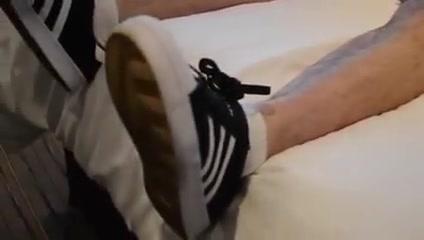 Rapaz lindo e maravilhoso mostrando os pes e tenis Adidas Can i fuck a girl