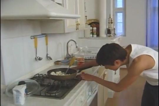 Beim Kochen verfuehrt Tobi pacific pissing drinkng