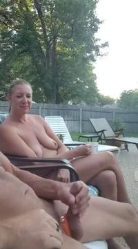 Lui si masturba ed ejacula in bocca ed in faccia a lei jiggly booty walking