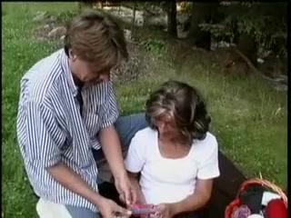 Vieille mamie lechee et defoncee par un appolon dans un champ Sunny Leonne Suck