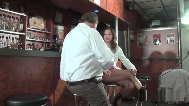 Une brunette passe son premier casting porno dans un bar