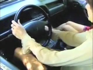 Des vieilles gouines poilues se lechent sur une voiture