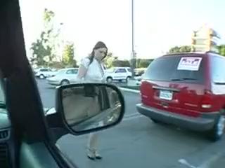 Une meuf aux seins immenses suce en voiture White slut wife slave collar