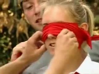 Jolies etudiantes allemandes baisent avec leurs copain dehors