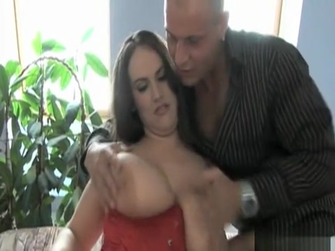 Une amatrice a forte poitrine qui aime la levrette