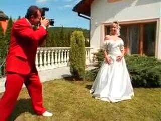 La mariee italienne baise avec des potes en robe blanche