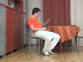 Jeune gars surpris par une maman russe en pleine branlette