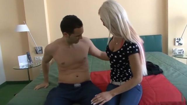Blonde Amateurin reibt es mit ihrem ersten User