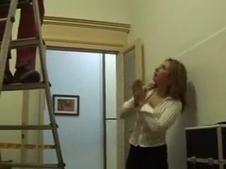 La patronne italienne excite louvrier avec ses gros seins Rijpe vr