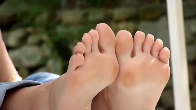 Feet soles puff girl dress up