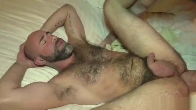 The bear likes the big cock of the bear Daddy Online hookup at 20 years old
