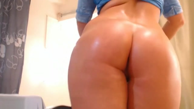 Sexy Sarrah Smoking and showing off her Nice Oiled Booty just want to have sex