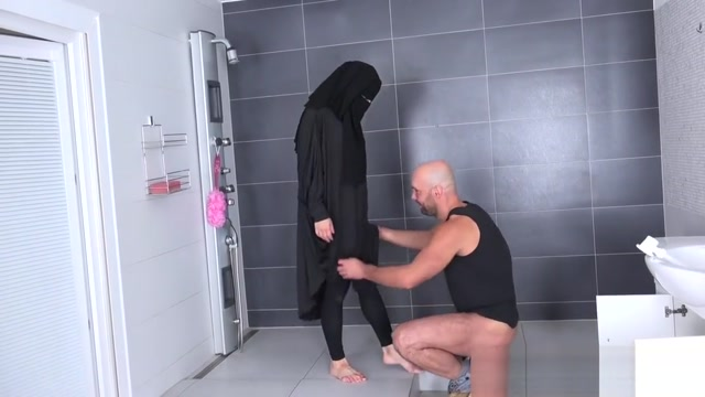 Randy worker helps Valentina Ross in niqab Blake lively sexy gifs