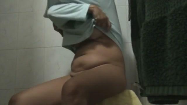 PRECIOSA LATINA MEXICANA PISSING SENTADA MIENTRAS LE MAMAN www.many boys fuck one girl.com