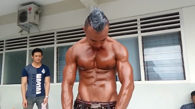 HANDSOME BODYBUILDER DADDY SHOWING HIS MUSCLE Computer iphone ipad