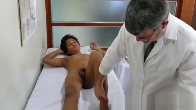 Doctor daddy dildos twinkie before bare drilling his asshole Nakna mens stor kuk vacker