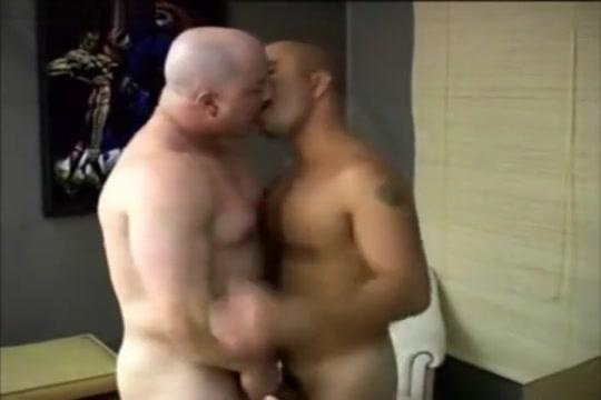 Beefy muscle bear fucks Karups