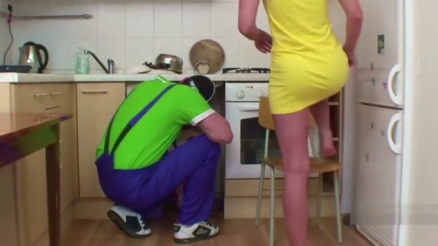 Handwerker fickt die Jungfrau Tochter wenn Eltern weg sind jerking my big cock