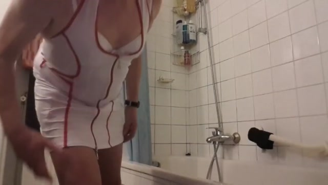 Une infermere dans la salle de bain Asian Hand Job Video