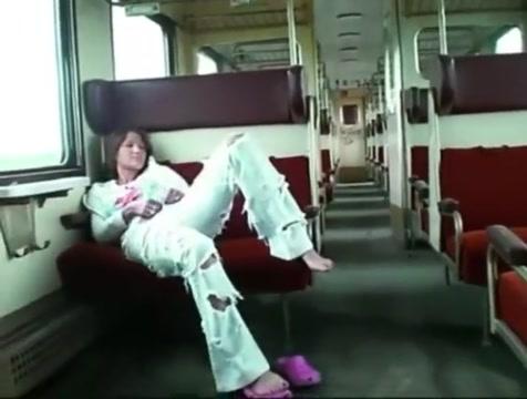 Fickschlampe fingert sich die Fotze im Zug und wird laut! Got my sister pregnant slut load