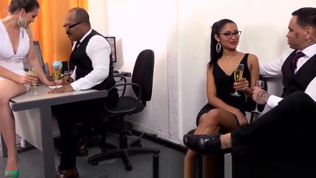 Suruba na festa de final de ano da firma Sarah Singh