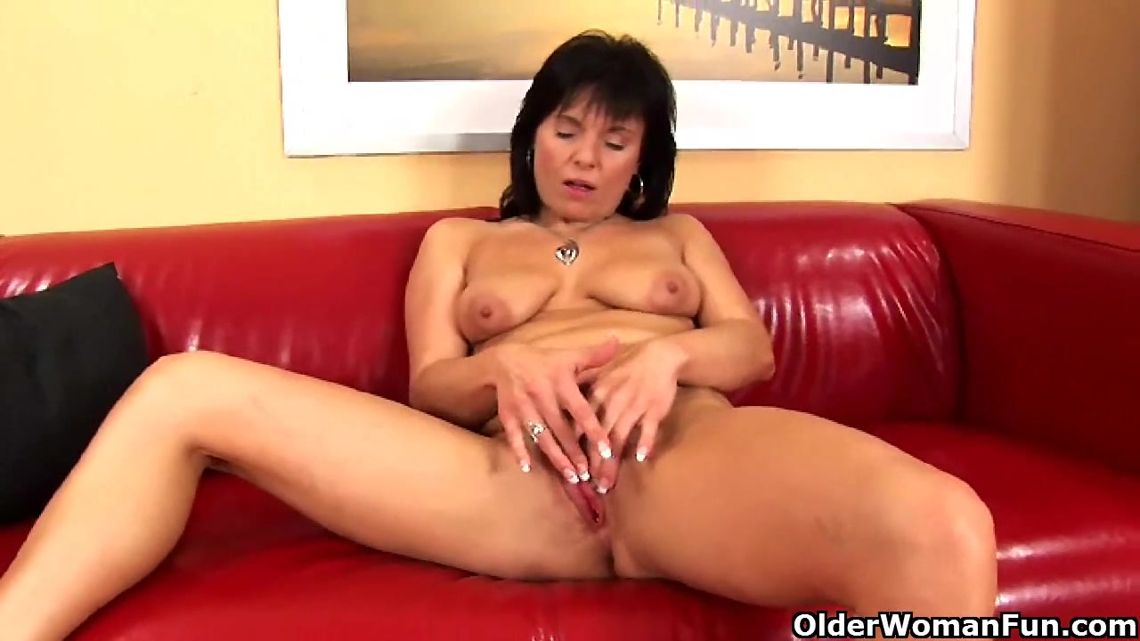Older mommy plays with her swollen cunt Free women pissing their pants