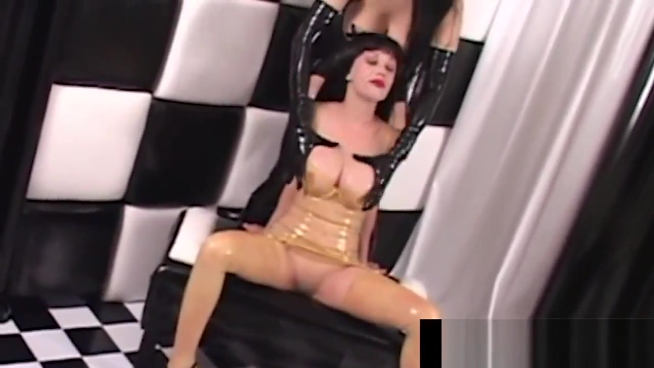 Latex Queen RubberDoll StrapOn Fucks Rubber Painted Lady! bas et fetish gay homme pieds