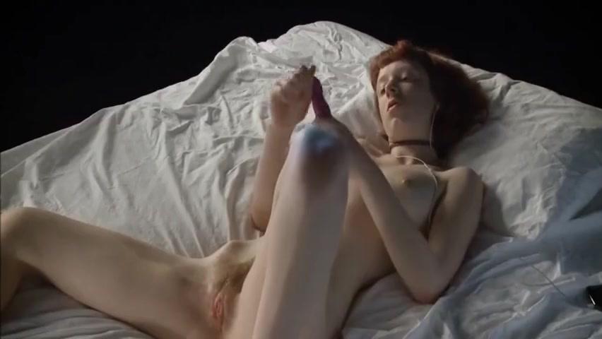 Rousse en solo sur son lit