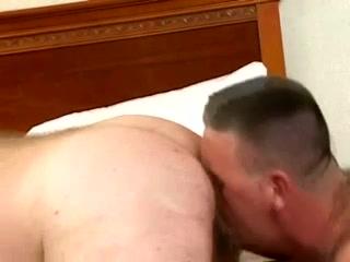 OSO MADURO Y CALENTON Lesbian masseuse fingers before facesitting